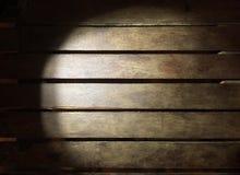 Oświetleniowa drewno deska w ciemności use dla tła Zdjęcia Royalty Free