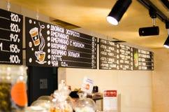 oświetleniowe lampy we wnętrzu caffe obraz royalty free