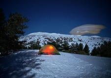 Oświetleniowy namiot i blask księżyca na zima wulkanu Etna krajobrazie, Sicily zdjęcia stock