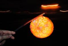 Oświetleniowy papierowy lampion w ręce Zdjęcia Stock