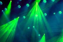Oświetleniowy wyposażenie na scenie theatre podczas występu Lekcy promienie od światła reflektorów przez dymu Obrazy Royalty Free