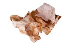 O ¡ de Ð emaranhou a bola velha do papel marrom o fundo branco no fim isolado acima, folha de papel usada suja enrugada imagem de stock