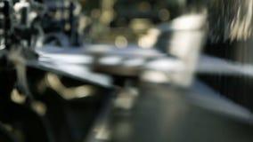 O ¡ de Ð perde-acima da criação da tela do processo em um tear de tecelagem moderno em uma fábrica vídeos de arquivo