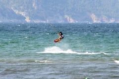 o Água-esquiador em meados de-salta fotografia de stock royalty free