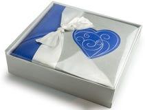 O álbum de fotografias com coração na caixa de presente isolou o fundo branco Foto de Stock