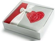 O álbum de fotografias com coração na caixa de presente isolou o fundo branco Imagens de Stock