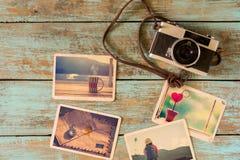 O álbum de fotografias da relembrança, o amor e a nostalgia na viagem do verão tropeçam na tabela de madeira imagens de stock