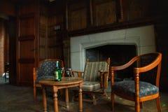 O álcool abandonado velho do estilo do ` s do escritório 70 saiu na tabela Fotos de Stock Royalty Free