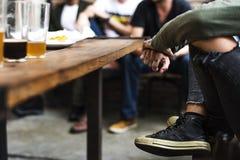 O álcool da fermentação das bebidas da cerveja do ofício comemora o conceito do rafrescamento fotos de stock
