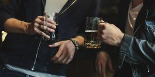 O álcool da fermentação das bebidas da cerveja do ofício comemora o rafrescamento fotografia de stock