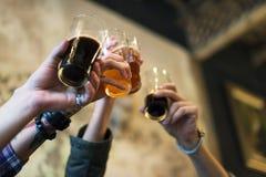O álcool da fermentação das bebidas da cerveja do ofício comemora o rafrescamento imagens de stock