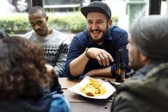 O álcool da fermentação das bebidas da cerveja do ofício comemora o rafrescamento foto de stock royalty free