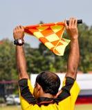 O árbitro aumentou a bandeira para tira a atenção Fotos de Stock Royalty Free
