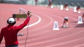 O árbitro começa a raça dos atletas video estoque