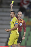 O árbitro do futebol, Marcin Borski mostra o cartão amarelo Fotos de Stock Royalty Free
