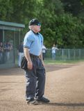 O árbitro olha o jogo no ourtifield foto de stock