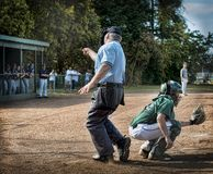 O árbitro que chama o jogador para fora baseia em casa fotografia de stock