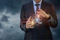 O átomo mostra o homem de negócios fotografia de stock