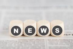 """O """"news"""" das palavras em cubos foto de stock"""