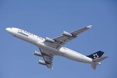 """O †""""Lufthansa Airbus A340 do aeroporto internacional de Francoforte decola Imagem de Stock"""