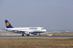 """O †""""Lufthansa Airbus A319 do aeroporto internacional de Francoforte decola Fotografia de Stock"""