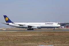 """O †""""Lufthansa Airbus A340 do aeroporto internacional de Francoforte decola Fotos de Stock Royalty Free"""
