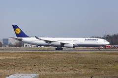 """O †""""Lufthansa Airbus A340 do aeroporto internacional de Francoforte decola Fotos de Stock"""