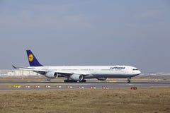"""O †""""Lufthansa Airbus A340 do aeroporto internacional de Francoforte decola Imagem de Stock Royalty Free"""