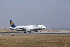 """O †""""Lufthansa Airbus A320 do aeroporto internacional de Francoforte decola Foto de Stock"""