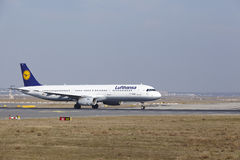 """O †""""Lufthansa Airbus A321 do aeroporto internacional de Francoforte decola Fotos de Stock"""