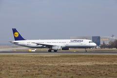 """O †""""Lufthansa Airbus A321 do aeroporto internacional de Francoforte decola Imagens de Stock"""