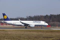 """O †""""Lufthansa Airbus A320 do aeroporto internacional de Francoforte decola Foto de Stock Royalty Free"""