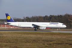 """O †""""Lufthansa Airbus A321 do aeroporto internacional de Francoforte decola Imagem de Stock"""