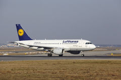 """O †""""Lufthansa Airbus A319-112 do aeroporto internacional de Francoforte decola Imagem de Stock"""