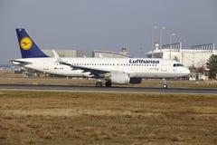 """O †""""Lufthansa Airbus A320 do aeroporto internacional de Francoforte decola Fotos de Stock"""