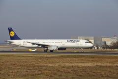 """O †""""Lufthansa Airbus A321 do aeroporto internacional de Francoforte decola Fotografia de Stock Royalty Free"""
