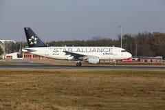 """O †""""Lufthansa Airbus A319 do aeroporto internacional de Francoforte decola Imagem de Stock Royalty Free"""