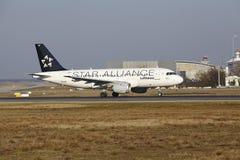 """O †""""Lufthansa Airbus A319 do aeroporto internacional de Francoforte decola Foto de Stock Royalty Free"""
