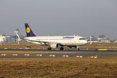 """O †""""Lufthansa Airbus A320 do aeroporto internacional de Francoforte decola Imagens de Stock Royalty Free"""