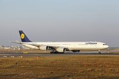 """O †""""Lufthansa Airbus A340 do aeroporto internacional de Francoforte decola Fotografia de Stock Royalty Free"""