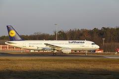"""O †""""Lufthansa Airbus A320 do aeroporto internacional de Francoforte decola Imagem de Stock"""