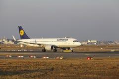 """O †""""Lufthansa Airbus A320 do aeroporto internacional de Francoforte decola Imagens de Stock"""