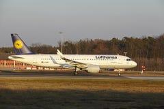 """O †""""Lufthansa Airbus A320 do aeroporto internacional de Francoforte decola Imagem de Stock Royalty Free"""