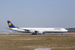 """O †""""Lufthansa Airbus A340 do aeroporto internacional de Francoforte decola Imagens de Stock Royalty Free"""