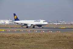 """O †""""Lufthansa Airbus A320 do aeroporto internacional de Francoforte decola Fotografia de Stock Royalty Free"""