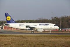"""O †""""Lufthansa Airbus A319 do aeroporto internacional de Francoforte decola Foto de Stock"""