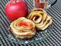 """O †do cozimento home """"rosa-deu forma a tartes de maçã Imagens de Stock"""