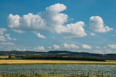 O ângulo largo arou campos próximo no sudoeste França fotos de stock