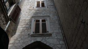 O ângulo largo constante da câmera lisa disparou ao longo da rua na cidade velha Kotor vídeos de arquivo