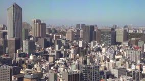 O ângulo largo disparou da arquitetura da cidade no Tóquio filme